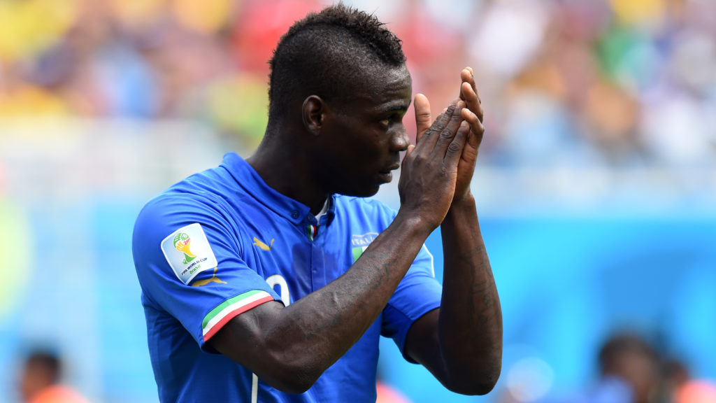 Italy's forward Mario Balotelli applauds during a Group D football match between Italy and Uruguay at the Dunas Arena in Natal during the 2014 FIFA World Cup on June 24, 2014.   AFP PHOTO/ JAVIER SORIANO / AFP PHOTO / JAVIER SORIANO