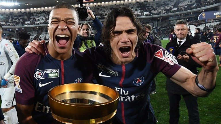 Paris Saint-Germain's French forward Kylian Mbappé (L) and teammate Uruguayan forward Edinson Cavani celebrate after victory in the French League Cup final football match between Monaco (ASM) and Paris Saint-Germain (PSG) at The Matmut Atlantique Stadium in Bordeaux, southwestern France on March 31, 2018.  / AFP PHOTO / FRANCK FIFE