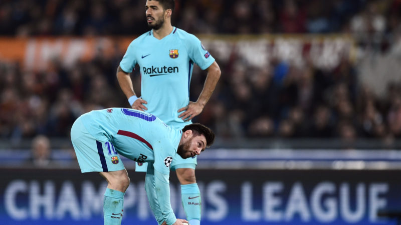 FC Barcelona's Argentinian forward Lionel Messi (down) gets ready for a free kick next to FC Barcelona's Spanish midfielder Denis Suarez during the UEFA Champions League quarter-final second leg football match between AS Roma and FC Barcelona at the Olympic Stadium in Rome on April 10, 2018. / AFP PHOTO / Filippo MONTEFORTE