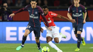 Paris Saint-Germain's Argentinian forward Angel Di Maria (L) vies for the ball with Monaco's French midfielder Thomas Lemar (C)  during the French L1 football match between Paris Saint-Germain (PSG) and Monaco (ASM) on April 15, 2018, at the Parc des Princes stadium in Paris. / AFP PHOTO / CHRISTOPHE ARCHAMBAULT