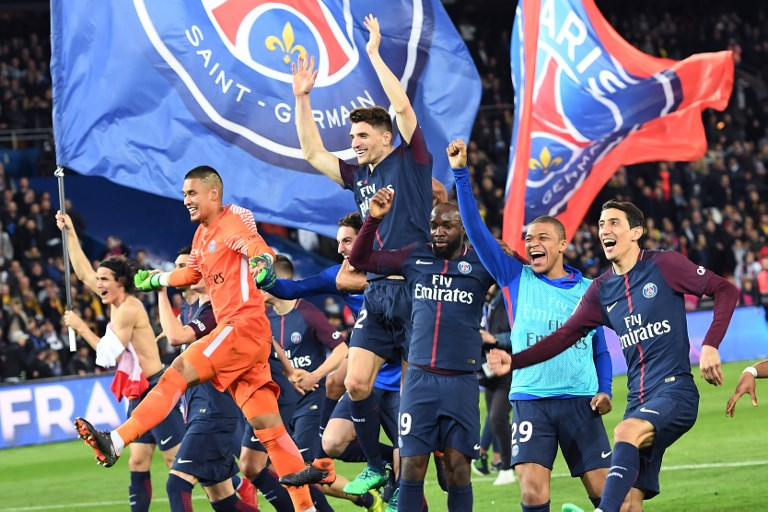 Paris Saint-Germain's players celebrate after winning  the French L1 football match between Paris Saint-Germain (PSG) and Monaco (ASM) on April 15, 2018, at the Parc des Princes stadium in Paris. Paris Saint-Germain won the match and claimed their seventh French League title.  / AFP PHOTO / CHRISTOPHE ARCHAMBAULT