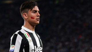 Juventus' Argentinian forward Paulo Dybala looks on during the Italian Serie A football match between Juventus and Napoli on April 22, 2018 at the Allianz Stadium in Turin. / AFP PHOTO / MIGUEL MEDINA