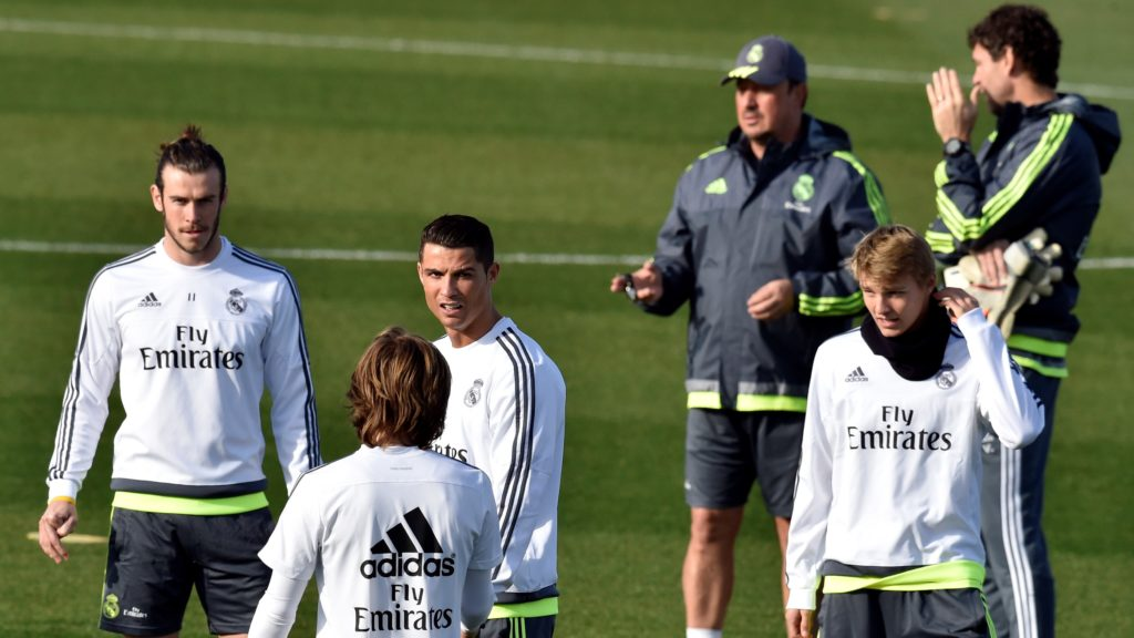 Real Madrid's Welsh forward Gareth Bale (L), Real Madrid's Portuguese forward Cristiano Ronaldo (3rd L), Real Madrid's coach Rafael Benitez (3rd R) and Real Madrid's Norwegian midfielder Martin Odegaard (2nd R)  take part in a training session at the Valdebebas training ground in Madrid on December 4, 2015. AFP PHOTO / GERARD JULIEN / AFP PHOTO / GERARD JULIEN