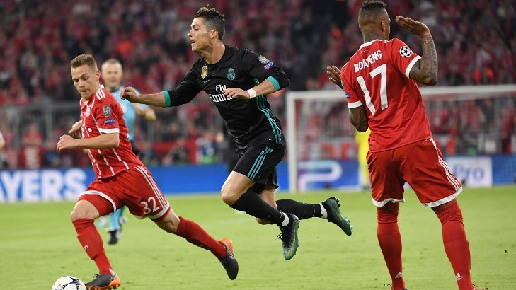 Jerome Boateng (FCB) / r. stops Christiano Ronaldo (Real Madrid). Left: Joshua Kimmich (FCB). GES / Football / Champions League semi-finals: FC Bayern Munich - Real Madrid, 25.04.2018 - Football / Soccer Champions League Semifinal: FC Bavaria Munich vs. Real Madrid, April 25 Day, 2018 - | usage worldwide