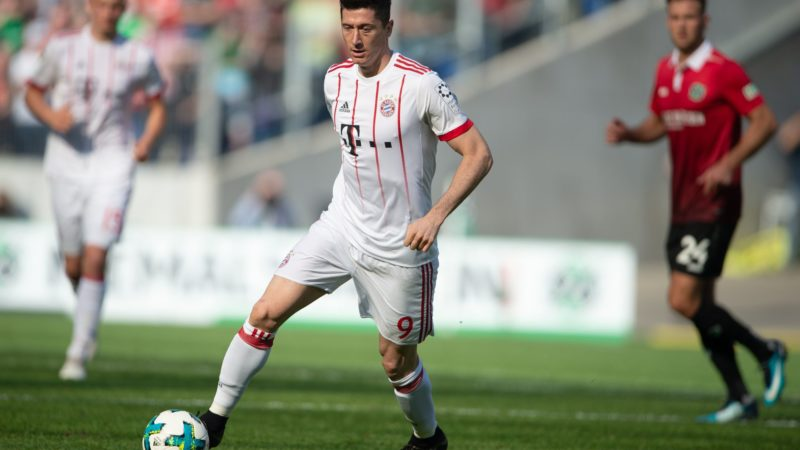 21 April 2018, Germany, Hanover: Football, German Bundesliga, Hanover 96 vs FC Bayern Munich at the HDI-Arena. Bayern's Robert Lewandowski in action. Photo: Swen Pförtner/dpa - IMPORTANT NOTICE: Due to the German Football League·s (DFL) accreditation regulations, publication and redistribution online and in online media is limited during the match to fifteen images per match