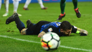 Inter Milan's Captain Argentinian forward Mauro Icardi reacts after missing a goal opportunity during the Italian Serie A football match AC Milan vs Inter Milan at the San Siro stadium in Milan on April 4, 2018. / AFP PHOTO / MIGUEL MEDINA
