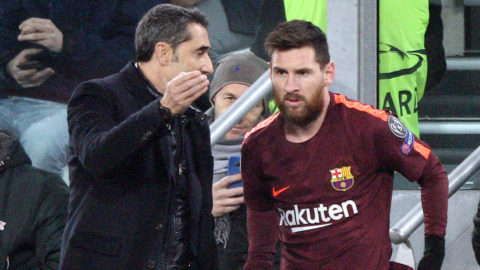 Barcelona coach Ernesto Valverde talks with Barcelona forward Lionel Messi (10) during the Uefa Champions League group stage football match n.5 JUVENTUS - BARCELONA on 22/11/2017 at the Allianz Stadium in Turin, Italy. (Photo by Matteo Bottanelli/nurPhoto)