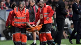 Arsenal's French defender Laurent Koscielny is carried on a stretcher during the UEFA Europa League semi-final second leg football match between Club Atletico de Madrid and Arsenal FC. / AFP PHOTO / GABRIEL BOUYS