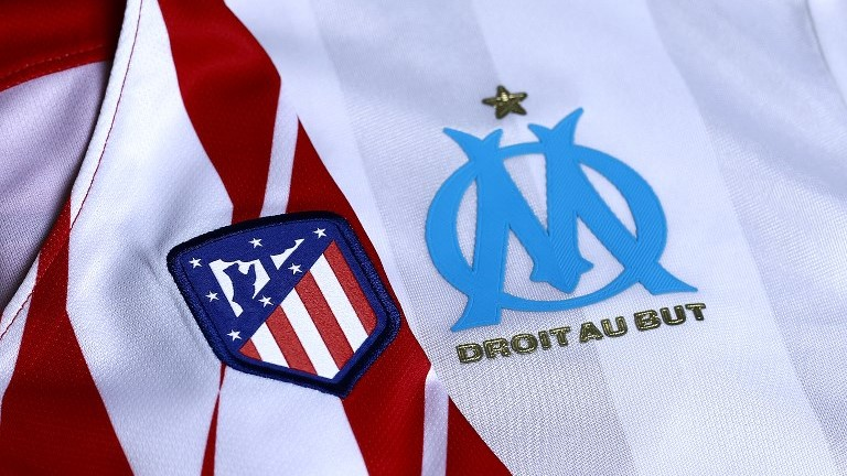 An illustration shows jerseys of Atletico Madrid and Marseille in Madrid on May 15, 2018.  Atletico Madrid and Marseille prepare to meet in the Europa League final in Lyon on May 16, 2018. / AFP PHOTO / Benjamin CREMEL