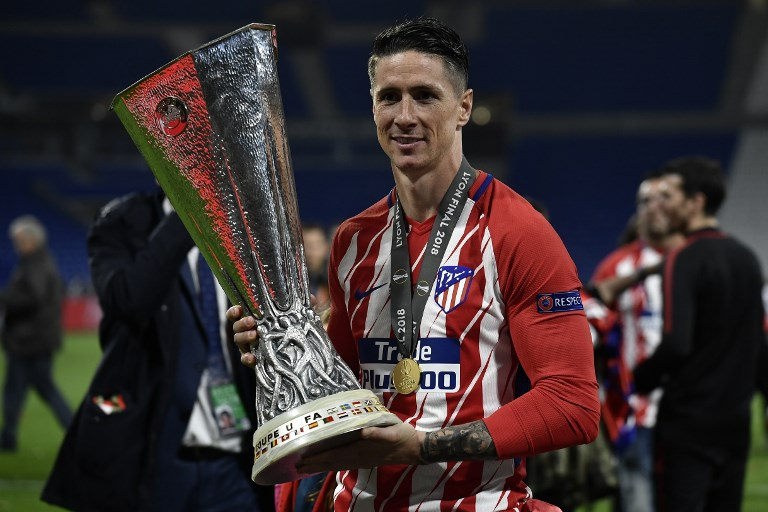 Atletico Madrid's Spanish forward Fernando Torres celebrates with the trophy after the UEFA Europa League final football match between Olympique de Marseille and Club Atletico de Madrid at the Parc OL stadium in Decines-Charpieu, near Lyon on May 16, 2018. / AFP PHOTO / JEFF PACHOUD
