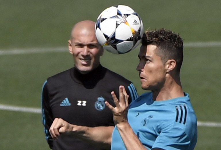 Real Madrid's Portuguese forward Cristiano Ronaldo (R) and Real Madrid's French coach Zinedine Zidane attend a training session during Real Madrid's Media Open Day ahead of their UEFA Champions league final footbal match against Liverpool FC, in Madrid on May 22, 2018. / AFP PHOTO / GABRIEL BOUYS