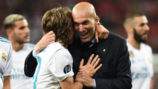 Real Madrid's French coach Zinedine Zidane (R) celebrates with Real Madrid's Croatian midfielder Luka Modric (L) after winning the UEFA Champions League final football match between Liverpool and Real Madrid at the Olympic Stadium in Kiev, Ukraine, on May 26, 2018. / AFP PHOTO / FRANCK FIFE