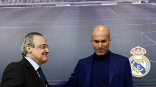 Real Madrid's French coach Zinedine Zidane (R) stands beside president Florentino Perez, during a press conference to announce his resignation in Madrid on May 31, 2018. Real Madrid coach Zinedine Zidane said today he was leaving the Spanish giants, just days after winning the Champions League for the third year in a row.   / AFP PHOTO / PIERRE-PHILIPPE MARCOU
