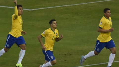 Brazil's defender Thiago Silva (R) celebrates with  Brazil's forward Roberto Firmino (L) and Brazil's midfielder Philippe Coutinho after scoring against Venezuela during their 2015 Copa America football championship match, at the Estadio Monumental David Arellano in Santiago, on June 21, 2015.    AFP PHOTO / NELSON ALMEIDA / AFP PHOTO / NELSON ALMEIDA