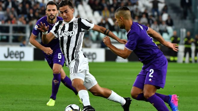 Juventus's Argentinian forward Paulo Dybala (C) vies with with Fiorentina's Croatian midfielder Milan Badelj (L) and Fiorentina's defender Vice Laurini during the Italian Serie A football match Juventus vs Fiorentina on September 20,  2017 at Allianz stadium in Turin.   / AFP PHOTO / ALBERTO PIZZOLI