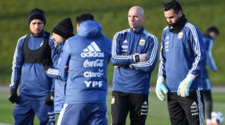 Argentina's defender Nicolas Otamendi (L), Argentina's goalkeeper Willy Caballero (2R) and Argentina's goalkeeper Sergio Romero participates in a team training session at the City Academy training complex in Manchester, north west England on March 19, 2018 ahead of their March 23 international friendly football match against Italy at the Ethiad Stadium. / AFP PHOTO / Paul ELLIS