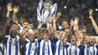 Porto's players celebrate with the trophy after winning the league title following the Portuguese league football match between FC Porto and CD Feirense at the Dragao stadium in Porto on May 6, 2018. / AFP PHOTO / MIGUEL RIOPA