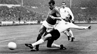 (FILES) In this file photo taken on July 20, 1966 English defender Ray Wilson (R) kicks the ball away from French forward Philippe Gondet at Wembley stadium in London during the World Cup first round match between England and France. Ray Wilson, a member of the England team that beat West Germany in the 1966 World Cup final, has died aged 83, former club Everton announced on May 16, 2018. / AFP PHOTO / -