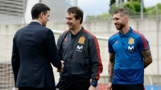 Spanish prime minister Pedro Sanchez (L) shakes hands with Spain's coach Julen Lopetegui (C) beside Spain's defender Sergio Ramos during his visit to Spain's national football team at Las Rozas de Madrid sports city on June 5, 2018. / AFP PHOTO / JAVIER SORIANO