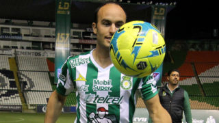 Leon´s new footballer, Landon Donovan of the US, is pictured with his new jersey during his official presentation at the Nou Camp stadium on January 15, 2018, in Leon, Mexico. / AFP PHOTO / GUSTAVO BECERRA