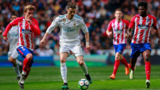 MADRID, SPAIN - APRIL 08: Cristiano Ronaldo (R) of Real Madrid CF competes for the ball with Antoine Griezmann (L) of Atletico de Madrid during the La Liga match between Real Madrid CF and Club Atletico de Madrid at Estadio Santiago Bernabeu on April 8, 2018 in Madrid, Spain. (Photo by Gonzalo Arroyo Moreno/Getty Images)
