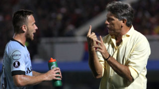 ASUNCION, PARAGUAY - APRIL 17: Renato Gaucho coach of Gremio gives instructions to his player Arthur during a match between Cerro Porteño and Gremio as part of Copa CONMEBOL Libertadores 2018 at General Pablo Rojas Nueva Olla Stadium on April 17, 2018 in Asuncion, Paraguay. (Photo by Luis Vera/Getty Images)