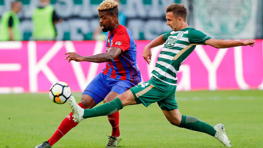 BUDAPEST, HUNGARY - MAY 12: (l-r) Manjrekar James of Vasas FC competes for the ball with Dominik Nagy of Ferencvarosi TC during the Hungarian OTP Bank Liga match between Ferencvarosi TC and Vasas FC at Groupama Arena on May 12, 2018 in Budapest, Hungary. (Photo by Laszlo Szirtesi/Getty Images)
