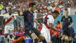 Peru's Renato Tapia (R) vies for the ball against Nikola Kalinic of Croatia (L) during their 2018 World Cup friendly,  March 23, 2018 at Hard Rock Stadium in Miami. / AFP PHOTO / Gaston De Cardenas