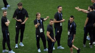 Croatia's midfielder Luka Modric (3rd L), Croatia's forward Mario Mandzukic (R) and teammates look on prior to the Russia 2018 World Cup final football match between France and Croatia at the Luzhniki Stadium in Moscow on July 15, 2018. / AFP PHOTO / GABRIEL BOUYS / RESTRICTED TO EDITORIAL USE - NO MOBILE PUSH ALERTS/DOWNLOADS