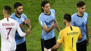 Portugal's forward Cristiano Ronaldo (L) and Portugal's goalkeeper Rui Patricio (2ndR) shake hands with Uruguay's forward Luis Suarez, Uruguay's forward Edinson Cavani (C) and Uruguay's midfielder Rodrigo Bentancur (R) before the Russia 2018 World Cup round of 16 football match between Uruguay and Portugal at the Fisht Stadium in Sochi on June 30, 2018. / AFP PHOTO / PIERRE-PHILIPPE MARCOU / RESTRICTED TO EDITORIAL USE - NO MOBILE PUSH ALERTS/DOWNLOADS