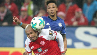 Mainz' Dutch midfielder Nigel De Jong and Schalke's German defender Thilo Kehrer vie for the ball during the German first division Bundesliga football match Mainz 05 versus Schalke 04 in Mainz on March 9, 2018. / AFP PHOTO / Daniel ROLAND / RESTRICTIONS: DURING MATCH TIME: DFL RULES TO LIMIT THE ONLINE USAGE TO 15 PICTURES PER MATCH AND FORBID IMAGE SEQUENCES TO SIMULATE VIDEO. == RESTRICTED TO EDITORIAL USE == FOR FURTHER QUERIES PLEASE CONTACT DFL DIRECTLY AT + 49 69 650050