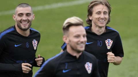 Croatia's midfielder Mateo Kovacic (L) and Croatia's midfielder Luka Modric (R) take part in a training session at the Roschino Arena, outside Saint Petersburg, on June 23, 2018, during the Russia 2018 World Cup football tournament.  / AFP PHOTO / GABRIEL BOUYS