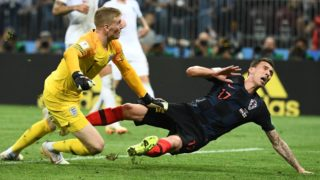 England's goalkeeper Jordan Pickford (C) saves a shot from Croatia's forward Mario Mandzukic (R) during the Russia 2018 World Cup semi-final football match between Croatia and England at the Luzhniki Stadium in Moscow on July 11, 2018. / AFP PHOTO / FRANCK FIFE / RESTRICTED TO EDITORIAL USE - NO MOBILE PUSH ALERTS/DOWNLOADS