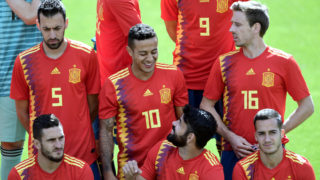 (TOP L-R) Spain's defender Sergio Busquets, Spain's midfielder Thiago, Spain's defender Nacho Monreal (BOTTOM L_R) Spain's midfielder Koke, Spain's forward Diego Costa and Spain's forward Lucas Vazquez pose for the squad official photo before a training session at Las Rozas de Madrid sports city on June 5, 2018. / AFP PHOTO / JAVIER SORIANO