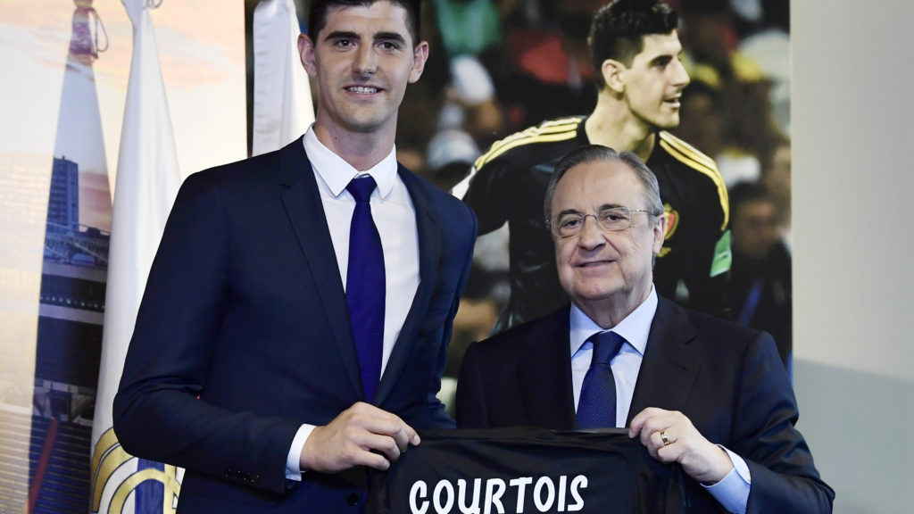 Belgian goalkeeper Thibaut Courtois (L) holds his new jersey with the president of Real Madrid, Florentino Perez during his presentation as new player of the Spanish football team, in Madrid on August 9, 2018. Belgian international goalkeeper Thibaut Courtois will play the next six seasons at Real Madrid after confirming his transfer from Chelsea, while the white team has given the Croatian player Mateo Kovacic for a season to the English club. / AFP PHOTO / JAVIER SORIANO