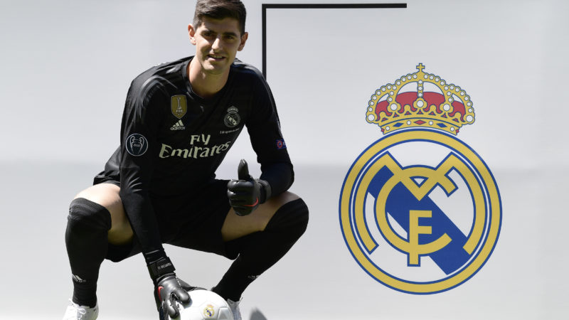 Belgian goalkeeper Thibaut Courtois poses during his presentation as new player of Real Madrid football team, at the Santiago Bernabeu stadium in Madrid on August 9, 2018. Belgian international goalkeeper Thibaut Courtois will play the next six seasons at Real Madrid after confirming his transfer from Chelsea, while the white team has given the Croatian player Mateo Kovacic for a season to the English club. / AFP PHOTO / JAVIER SORIANO