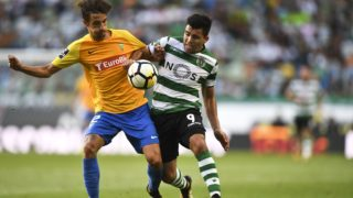 Estoril's defender Fernando Fonseca (L) vies with Sporting's Argentine forward Marcos Acuna during the Portuguese league football match Sporting CP vs Estoril Praia at the Jose Alvalade stadium in Lisbon on August 27, 2017. / AFP PHOTO / PATRICIA DE MELO MOREIRA