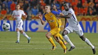 Tottenham Hotspur's Colombian defender Davinson Sanchez (R) runs for the ball with APOEL FC's Hungarian midfielder Roland Sallai (C) during the UEFA Champions League football match between Apoel FC and Tottenham Hotspur at the GSP Stadium in the Cypriot capital, Nicosia on September 26, 2017.  / AFP PHOTO / JACK GUEZ