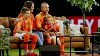 Dutch midfielder Wesley Sneijder appears with his wife Yolanthe and children after his final international appearance in the friendly match between the Netherlands and Peru in de Johan Cruijff Arena in Amsterdam on September 6, 2018.  Record-breaking Dutch midfielder Wesley Sneijder was set to play one last time for the national team, bringing an end to an illustrious career spanning 15 years and more than 130 appearances. / AFP PHOTO / ANP / Koen van Weel / Netherlands OUT