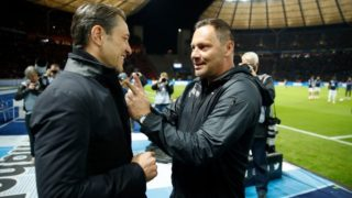 Berlin's Hungarian head coach Pal Dardai (R) greets Bayern Munich's Croatian headcoach Niko Kovac as he arrives prior to the German first division Bundesliga football match Hertha Berlin v Bayern Munich at the Olympic stadium in Berlin on September 28, 2018.  / AFP PHOTO / Odd ANDERSEN / DFL REGULATIONS PROHIBIT ANY USE OF PHOTOGRAPHS AS IMAGE SEQUENCES AND/OR QUASI-VIDEO