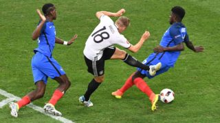 Germany's midfielder Toni Kroos (C) vies for the ball with France's midfielder Paul Pogba and France's defender Samuel Umtiti during the Euro 2016 semi-final football match between Germany and France at the Stade Velodrome in Marseille on July 7, 2016. / AFP PHOTO / BORIS HORVAT