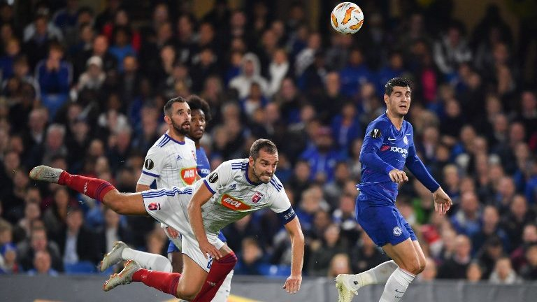 Vidi's Hungarian defender Roland Juhasz (L) defends against an effort from Chelsea's Spanish striker Alvaro Morata (R) during the UEFA Europa League Group L football match between Chelsea and Vidi at Stamford Bridge in London on October 4, 2018.  / AFP PHOTO / Ben STANSALL