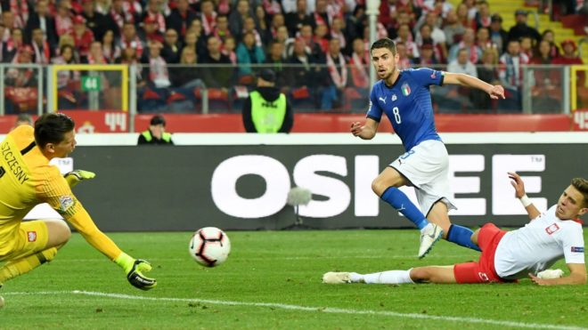 Italy's midfielder Jorginho (C) scores past Poland's goalkeeper Wojciech Szczesny (L) and Poland's defender Jan Bednarek during the UEFA Nations League football match Poland v Italy at the Silesian Stadium in Chorzow, Poland on October 14, 2018. (Photo by Janek SKARZYNSKI / AFP)