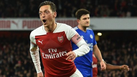 Arsenal's German midfielder Mesut Ozil celebrates after scoring their first goal during the English Premier League football match between Arsenal and Leicester City at the Emirates Stadium in London on October 22, 2018. (Photo by Glyn KIRK / IKIMAGES / AFP) / RESTRICTED TO EDITORIAL USE. No use with unauthorized audio, video, data, fixture lists, club/league logos or 'live' services. Online in-match use limited to 45 images, no video emulation. No use in betting, games or single club/league/player publications.