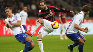 MILAN, ITALY - OCTOBER 28:  Gonzalo Higuain (C) of AC Milan kicks a ball during the Serie A match between AC Milan and UC Sampdoria at Stadio Giuseppe Meazza on October 28, 2018 in Milan, Italy.  (Photo by Marco Luzzani/Getty Images)