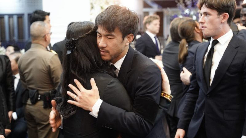 """This handout photo taken and released by King Power on November 4, 2018 shows Leicester City's striker Shinji Okazaki (R) hugs Aroonroong Srivaddhanaprabha (L), daughter of Leicester City's Thai owner and duty-free mogul, the late Vichai Srivaddhanaprabha during funeral ceremony at Wat Thepsirin Buddhist temple in Bangkok. - Players and staff from Leicester City arrive in Bangkok on November 4 to attend a mourning rite for the club's chairman, whose death last week in a helicopter crash stunned the Premier League club. (Photo by Handout / KING POWER / AFP) / -----EDITORS NOTE --- RESTRICTED TO EDITORIAL USE - MANDATORY CREDIT """"AFP PHOTO / KING POWER """" - NO MARKETING - NO ADVERTISING CAMPAIGNS - DISTRIBUTED AS A SERVICE TO CLIENTS - NO ARCHIVE"""