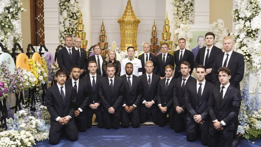 """This handout photo taken and released by King Power on November 4, 2018 shows Leicester City team posing with Aiyawatt Srivaddhanaprabha (C in white uniform) son of Leicester City's Thai owner and duty-free mogul, the late Vichai Srivaddhanaprabha while they pay their respect during the second day of funeral ceremony at Wat Thepsirin Buddhist temple in Bangkok. - Players and staff from Leicester City arrive in Bangkok on November 4 to attend a mourning rite for the club's chairman, whose death last week in a helicopter crash stunned the Premier League club. (Photo by Handout / KING POWER / AFP) / -----EDITORS NOTE --- RESTRICTED TO EDITORIAL USE - MANDATORY CREDIT """"AFP PHOTO / KING POWER """" - NO MARKETING - NO ADVERTISING CAMPAIGNS - DISTRIBUTED AS A SERVICE TO CLIENTS - NO ARCHIVE"""