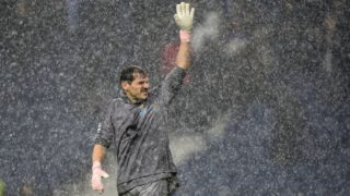 Porto's Spanish goalkeeper Iker Casillas waves to supporters at the end of the UEFA Champions League group D football match between FC Porto and Lokomotiv Moscow at the Dragao stadium in Porto on November 6, 2018. (Photo by MIGUEL RIOPA / AFP)