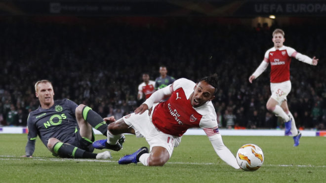 Sporting's Portuguese defender Jeremy Mathieu (L) tackles Arsenal's Gabonese striker Pierre-Emerick Aubameyang to receive a red card during their UEFA Europa league group stage football match between Arsenal and Sporting Lisbon at the Emirates stadium in London on November 8, 2018. (Photo by Adrian DENNIS / AFP)