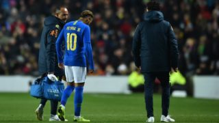 Brazil's striker Neymar leaves the pitch injured during the international friendly football match between Brazil and Cameroon at Stadium MK in Milton Keynes, central England, on November 20, 2018. (Photo by Glyn KIRK / AFP)